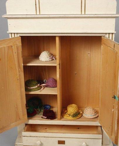 Armoire à poupées  vers 1915, non marqué, en bois tendre serti de blanc et accen…