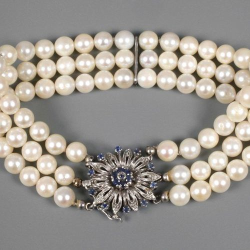 Pearl bracelet  c. 1970, clasp white gold stamped 750, clasp in the shape of a f…