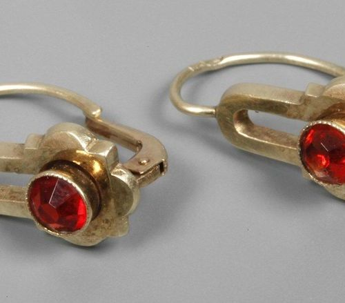 Pair of earrings  c. 1910, yellow gold tested 585/1000, each set with a faceted,…