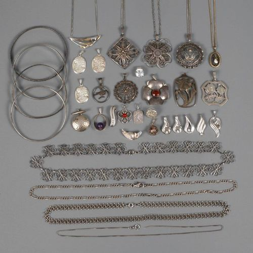 Set of silver jewellery  20th century, consisting of seven chains, two necklaces…