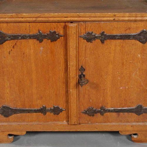 Cabinet baroque  chêne massif, début du XVIIIe siècle, corpus à deux portes avec…