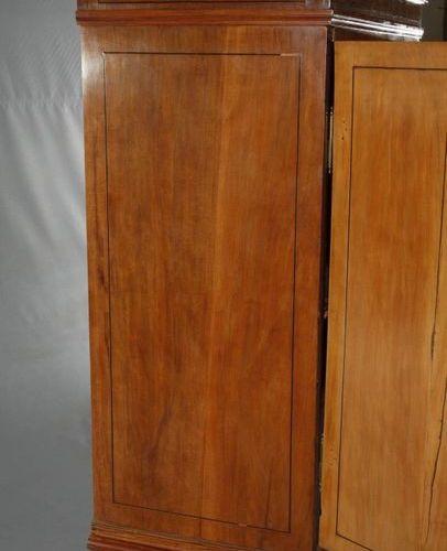 Cabinet Stollen  vers 1800, noyer clair plaqué sur conifère, décoré de discrètes…