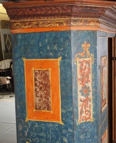 Armoire du fermier 1809  Bois de conifère coloré, deux portes, avec coins biseau…