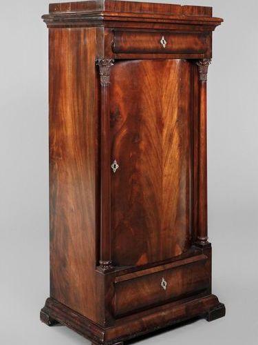 Demi armoire Biedermeier  Acajou plaqué sur bois tendre, vers 1840, corps élancé…