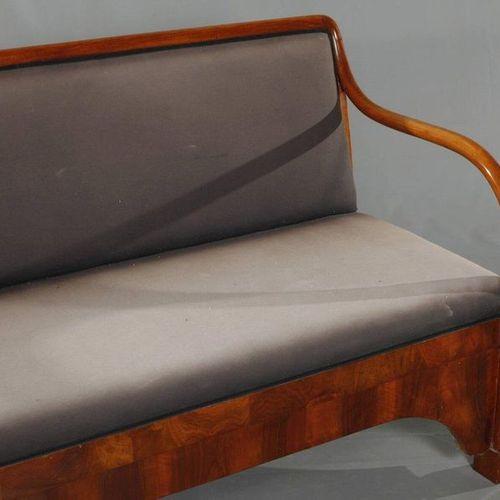 Canapé Biedermeier  placage de noyer et bouleau massif, assise et dossier rembou…