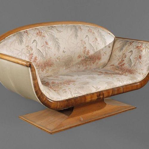 Canapé Art Déco  probablement France, vers 1930, biplace élégamment incurvé en r…