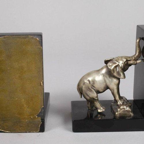 Paire de serre livres avec des éléphants  Années 1930, fonte de métal argenté et…