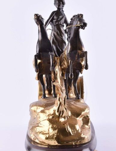 Dekorative Kaminuhr | Decorative mantel clock bronze partly fire gilt, depiction…