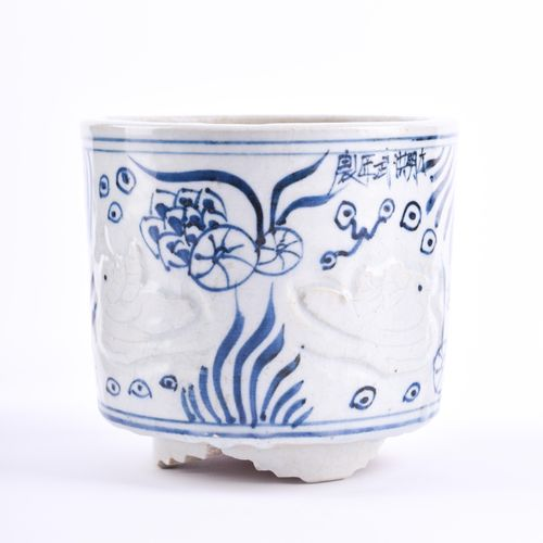 Weihrauchgefäß China Republik Periode avec peinture bleue et blanche, décor de m…