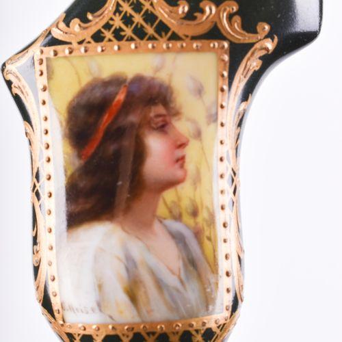 Gehstock um 1900 Poignée en porcelaine, décorée en couleur et en or d'une jeune …