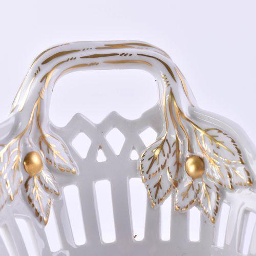 Henkelkorb KPM Berlin 镜中绘有花卉装饰,边缘有锯齿,金色装饰,蓝色权杖标记,第一选择,椭圆形,9厘米x23厘米x16厘米