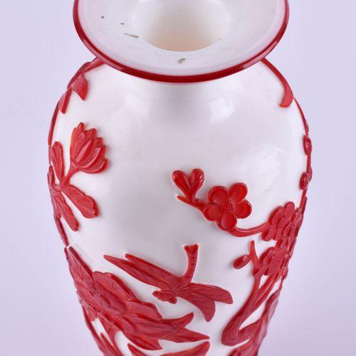 Overlay Glasvase China 20. Jhd. 白地浮雕红花装饰,高:25厘米