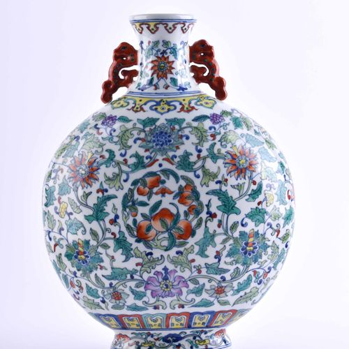 Mondflasche China 19. / 20. Jhd. 彩绘杜凯画,支架下有釉里红印章,高:34.5厘米