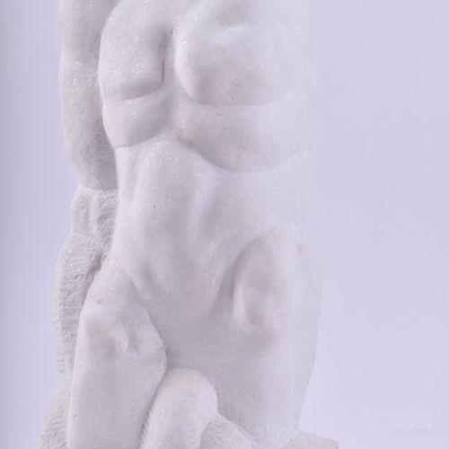 Rolf BIEBL (1951) 男性躯干与头颅雕塑 希腊大理石,高:52.5厘米,木质底座高:58厘米,底座下有题词、签名和日期1996年,石头前面有文字说…