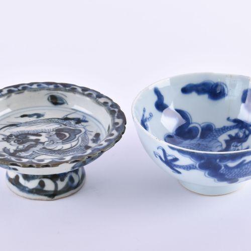 Konvolut China Qing Dynastie 1个有脚碗(高:5厘米,直径12.2厘米),1个牛角杯(高:6厘米,直径12厘米),都有蓝白色的画,有…