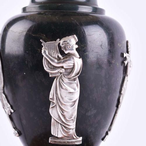 Lampe Russland um 1910 probablement en jade néphrite, sur socle en bois de boule…