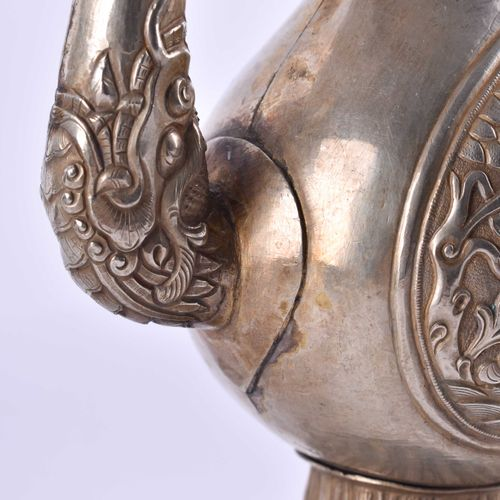 Silberkanne Tibet 19. Jahrhundert avec décor en relief, poignée en forme de tête…