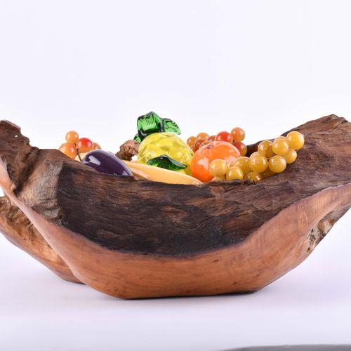 Obst Gemüsekorb 根木碗中的玻璃艺术品,16件,包括香蕉、柑橘、葡萄、尖椒等,都是彩色的,篮子的大小为18厘米x45厘米x37厘米