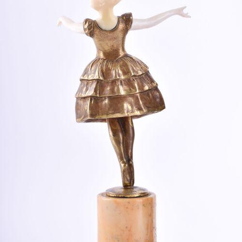 Künstler des 19. / 20. Jhd. 芭蕾舞者青铜,象牙座,立于大理石底座上,总高23厘米,底座上有签名,未作解释