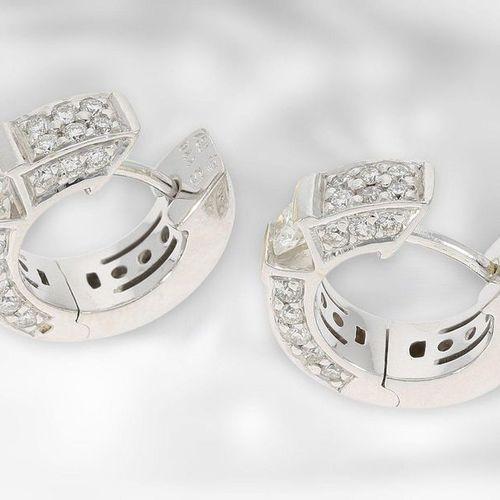 Bijoux d'oreilles : or blanc attrayant créoles brillants, au total environ 0,88c…