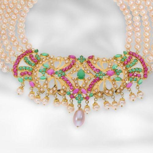 Collier/bijoux d'oreilles : bijoux décoratifs orientaux sertis de rubis au total…