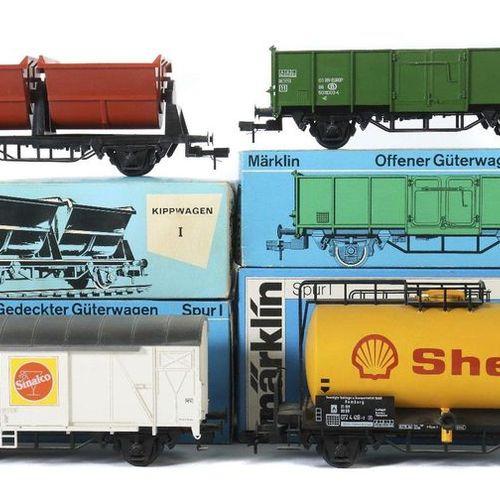 4 voitures Märklin, voie 1, 1 x wagon à benne basculante 5859, en bon état ; 1 x…