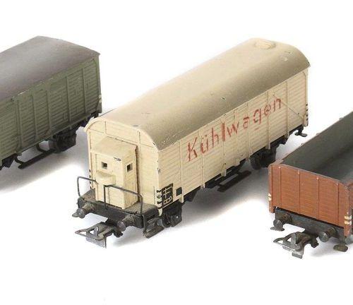 3 Märklin freight cars, H0 gauge, 1 x off. Freight car 311b/8, in OK, small brea…