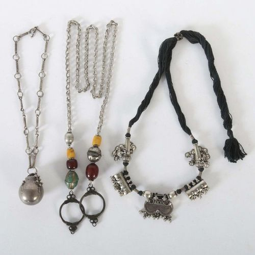 3 colliers Turkménistan/Asie centrale, fin du 19ème/20ème siècle, argent/textile…