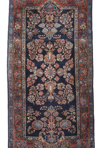 Petit sarouk à motif de vase de Perse occidentale, le champ à fond bleu présente…