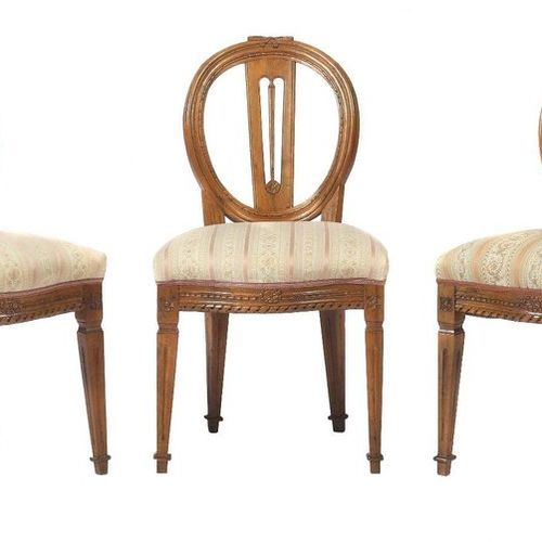 Trois chaises de style classique vers 1820, en noyer, pieds carrés pointus et ca…