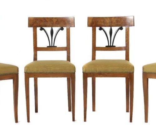 Ensemble de 4 chaises Biedermeier 2e quart du 19e siècle, plaquées en noyer, pie…