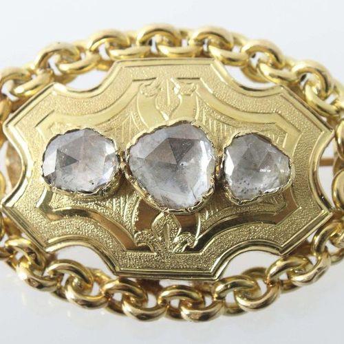 Broche en diamant, vers 1900, or jaune 750, broche ovale, la pièce du milieu est…