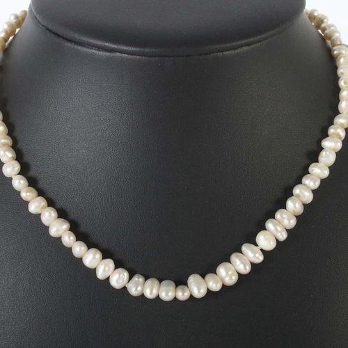 Collier de perles du XXe siècle, perles baroques, avec boucle ovale en or jaune …
