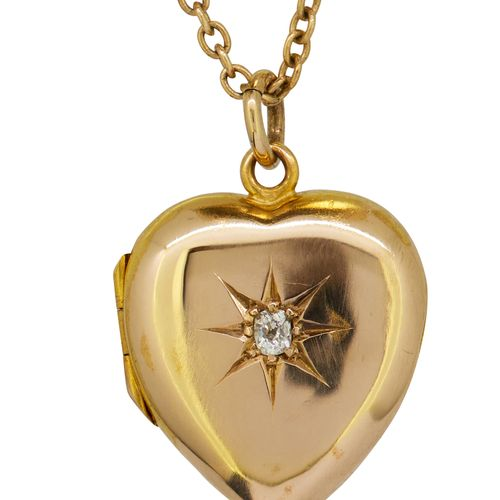 ANTIQUE VICTORIAN HEART LOCKET PENDANT WITH NECKLACE, in 15 ct gold. The heart s…
