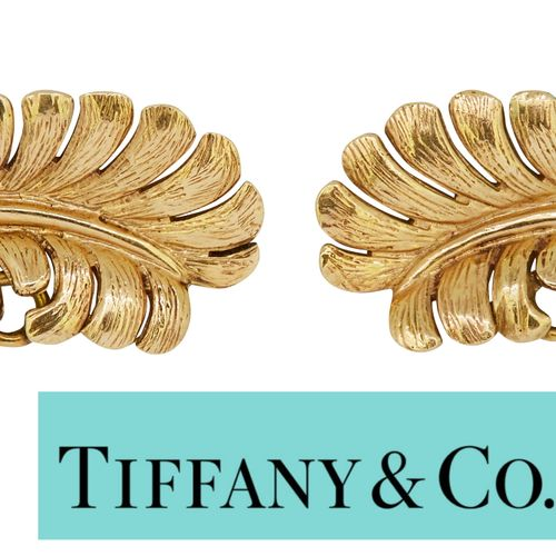 TIFFANY, PAIR OF FEATHER EARCLIPS, in 3 D relief design. Both signed Tiffany. W.…