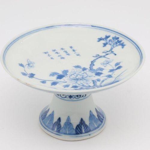 CHINA, XIX CENTURY Stemdish, XIX century Porcelain stemdish painted flowers and …