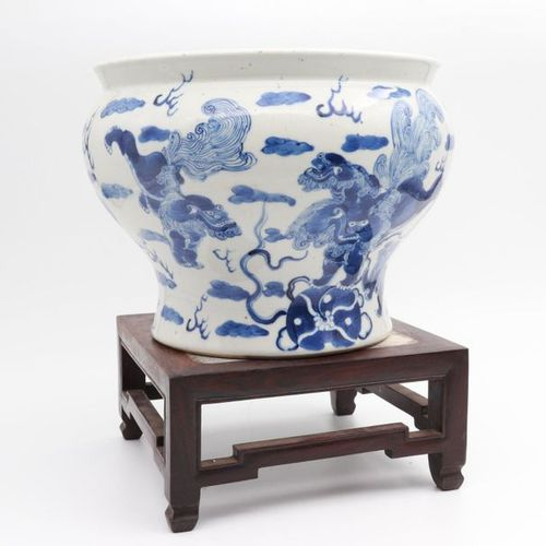 CHINA, XIX CENTURY A blue and white porcelain jar, XIX century baluster form, pa…