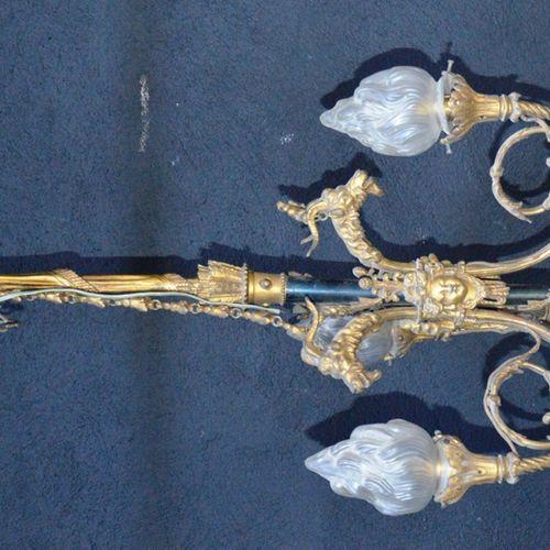 Suspension à 3 bras de lumières en bronze ciselé et doré decorated with goat's h…