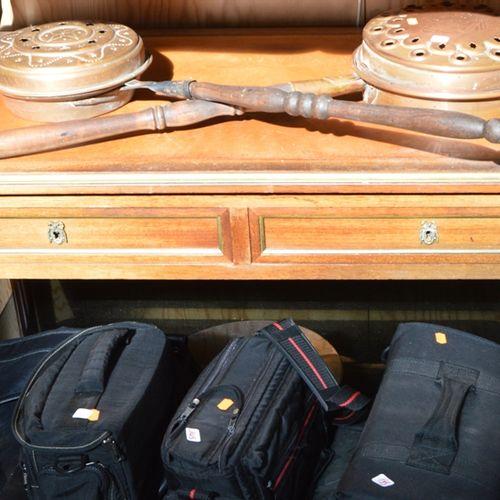 Un bureau plat de forme rectangulaire ouvrant par 2 tiroirs en ceinture, plateau…