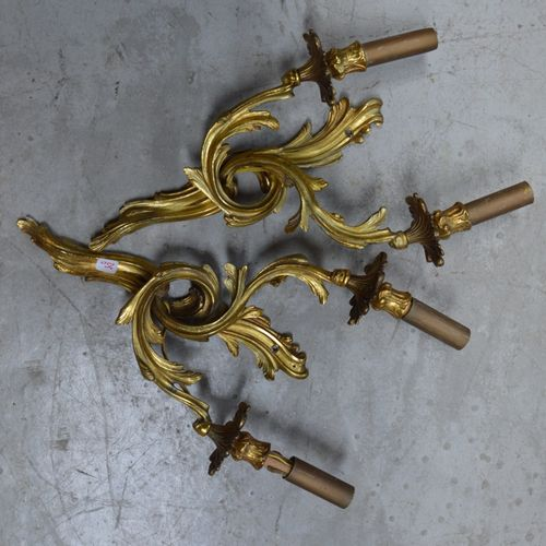 Paire d'apliques à deux bras de lumière en bronze ciselé et doré de style Louis …