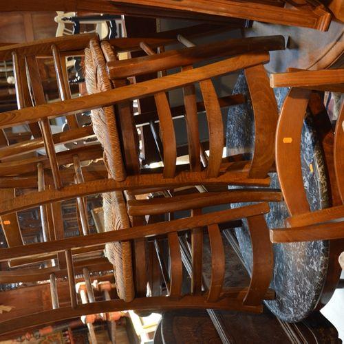 Lot comprenant une jardinière, un cache pot en bois, 6 chaises paillées, 2 tabou…