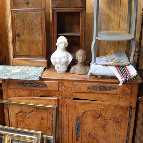 2 tables de chevet dépareillées, une 彩绘木质餐具柜和胡桃木餐具柜,有2个抽屉和2个门,放在贝壳脚上。  边柜106 x 1…