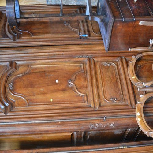 Une armoire en noyer mouluré ouvrant par deux portes.  Travail rustique du XVIII…