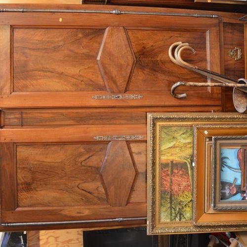 Une armoire en noyer ouvrant par 2 portes et un tiroir