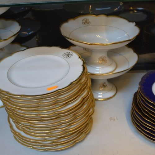 Partie de service à dessert en 白色和金色的瓷器,上面有SJC的字样。  有一些白色、蓝色和金色的瓷盘