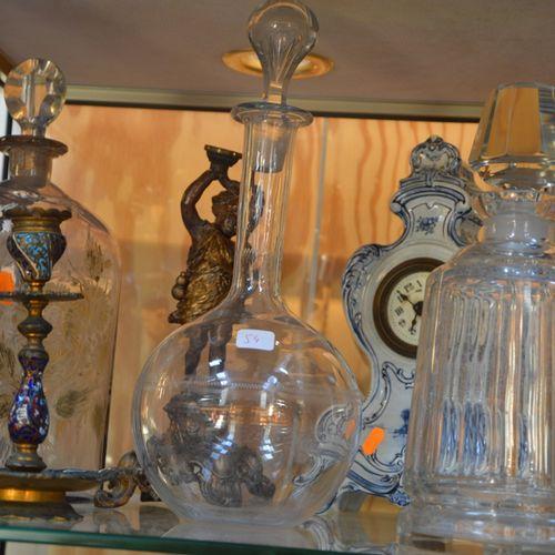 Lot comprenant 3 carafes en verre, 一个陶瓷钟和两个金属烛台