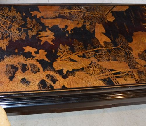 Table basse de forme rectangulaire à décor de chinois. 20世纪的中国作品。