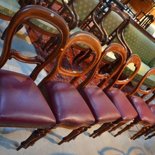 Une table à volets rabattables et 6把路易 菲利普风格的镂空椅子
