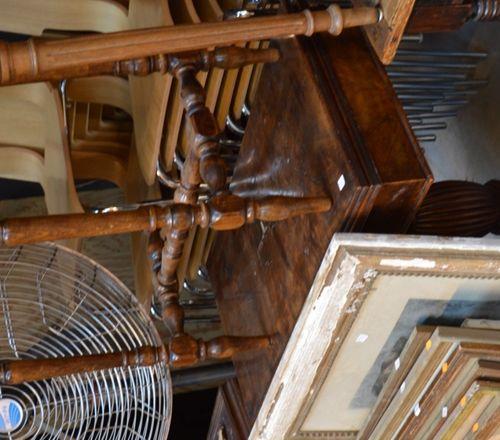 Une travailleuse en marquèterie et une 胡桃木Burrwood游戏桌(原样)。