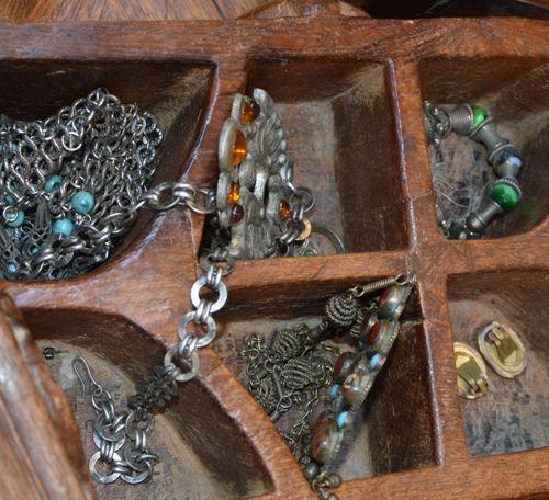 Deux coffrets contenant des bijoux d'Afrique du Nord en argent et métal